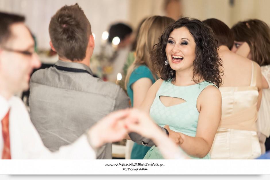 tańcząca para na weselu