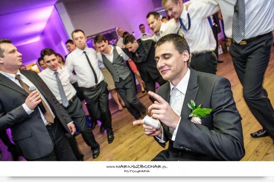 zdjęcia ślubne oczepiny pan młody