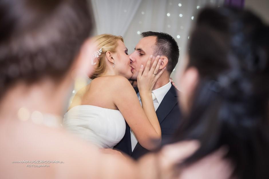 pocałunek młodych