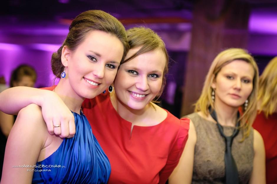 uśmiechnięci goście weselni