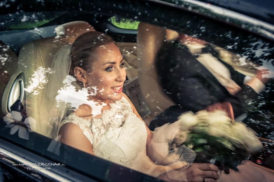 panna młoda w samochodzie